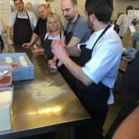 Gorm underviser i at lave den perfekte pizzabund